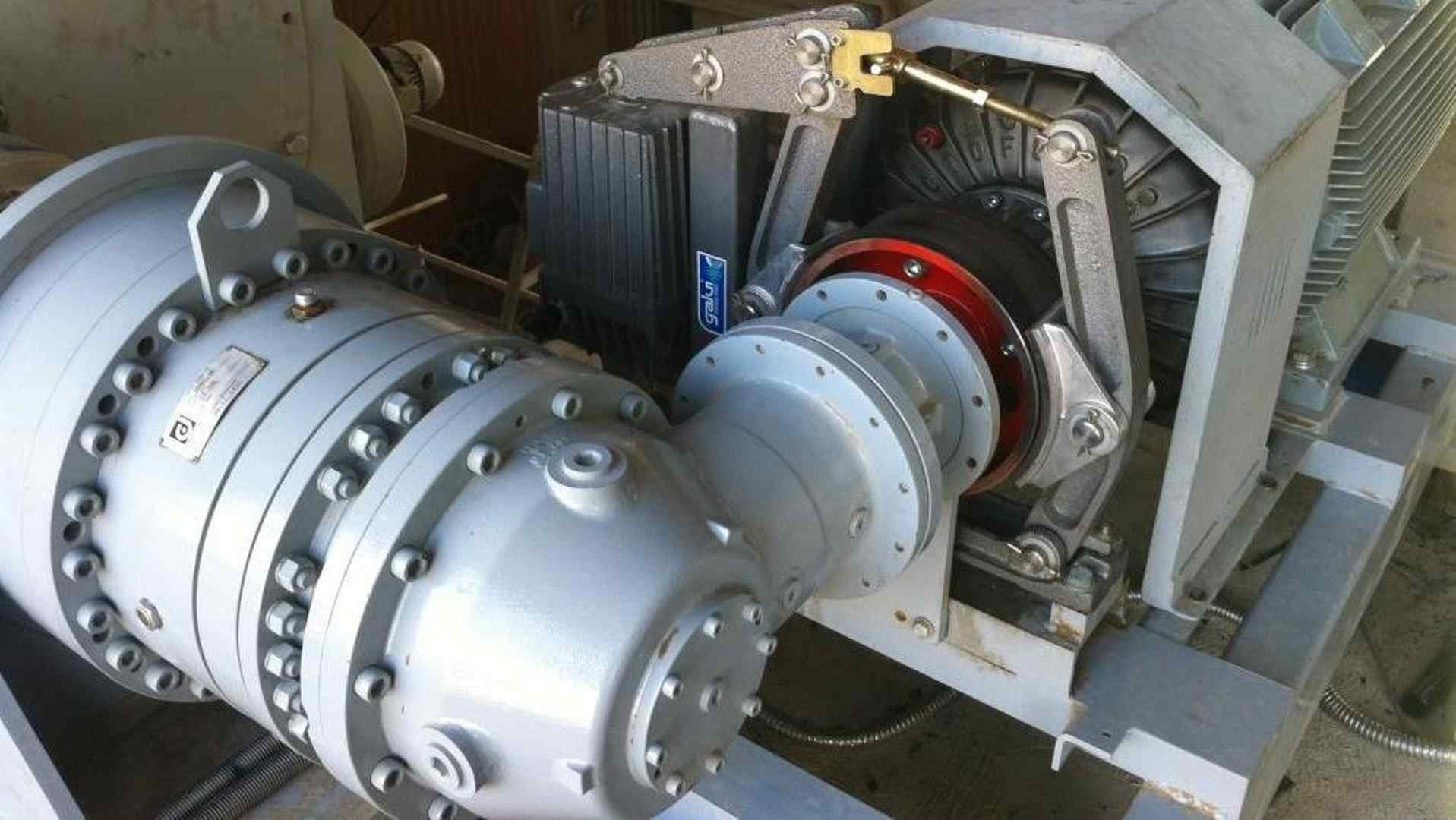 Auxiliary drive for planetary gear unit with break